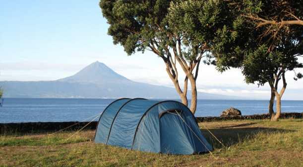 Zelt vor Meer und Berg
