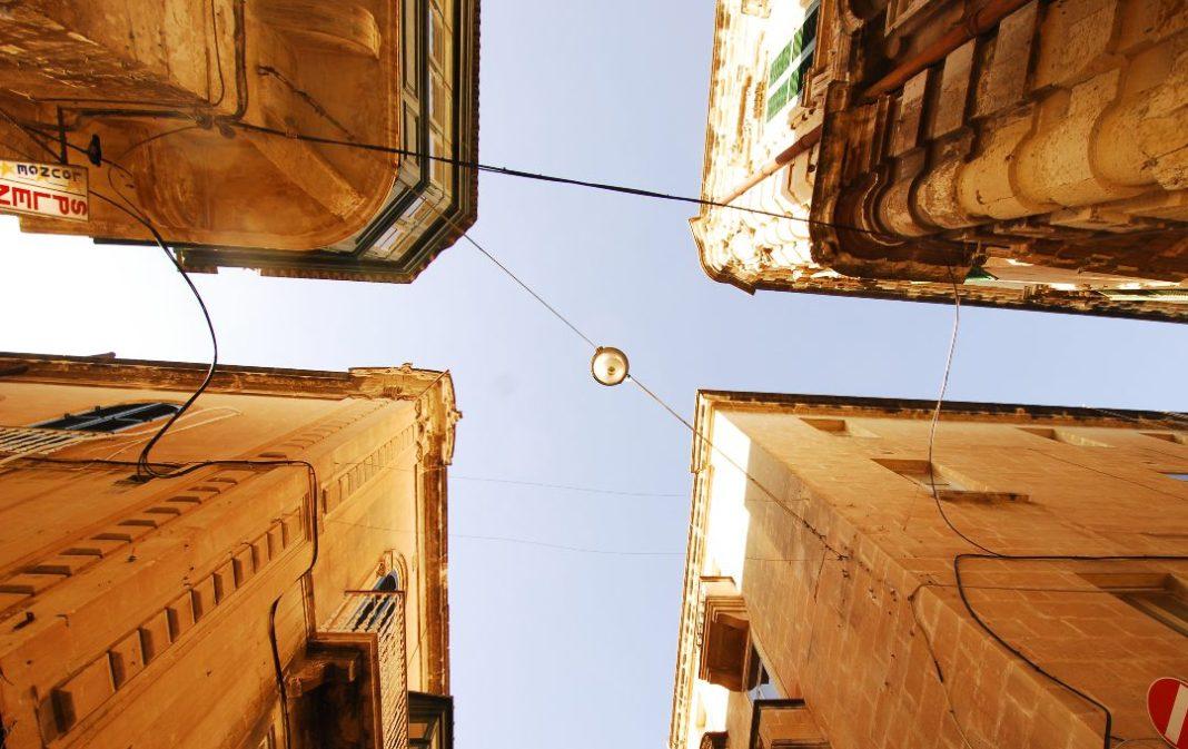 Kreuzung von unten fotografiert