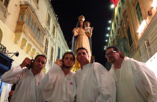 Prozession in historischer Stadt