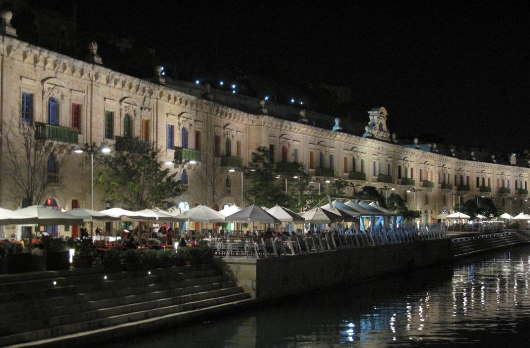 Historische Hafenzeile bei Nacht