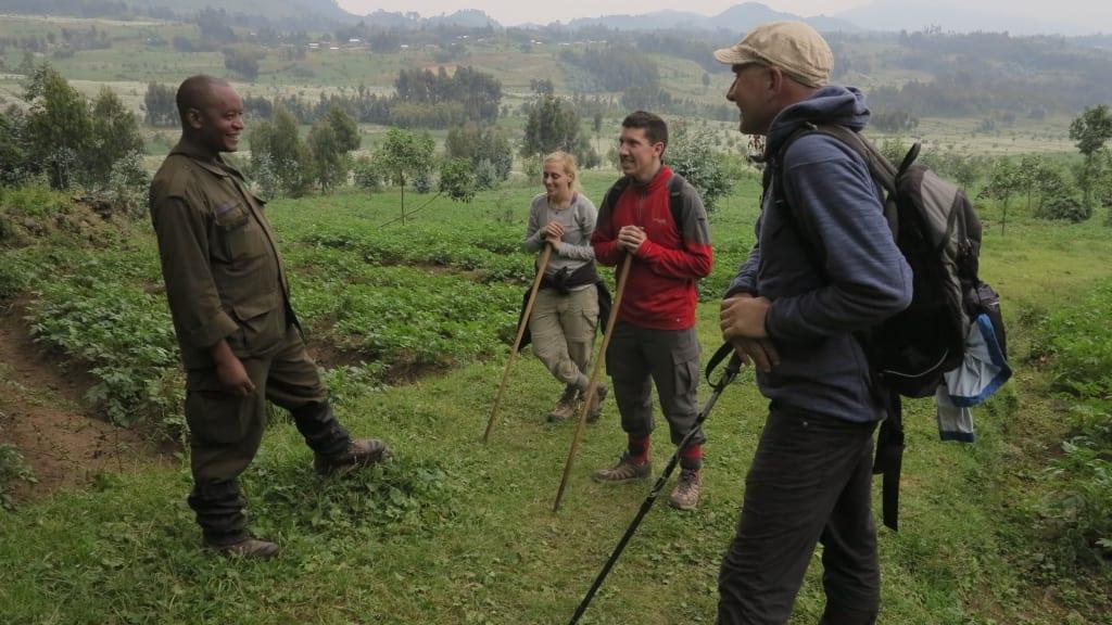 Touristengruppe mit Ranger in Berglandschaft
