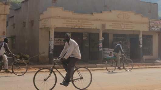 Straßenzug in Kabale in Uganda