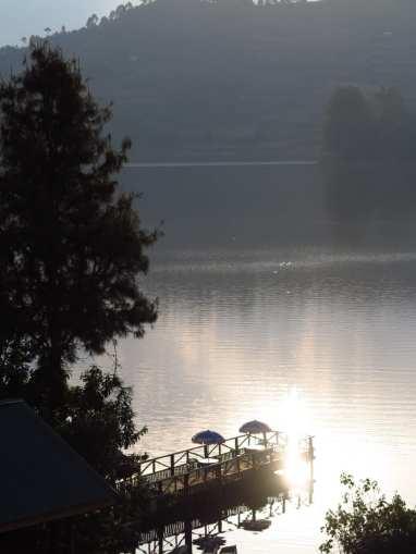 Steg mit Sonnenschirmen an einem See