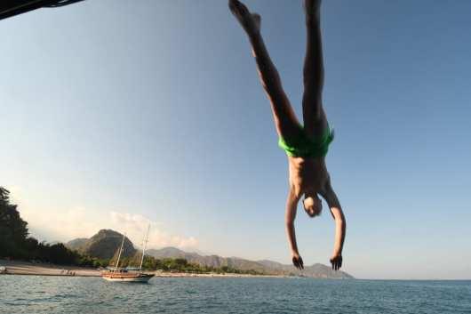Mann springt ins Meer