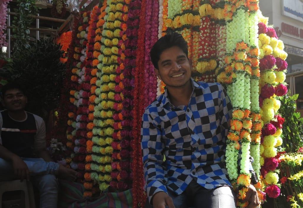 Händler verkauft bunte Plastikblumen