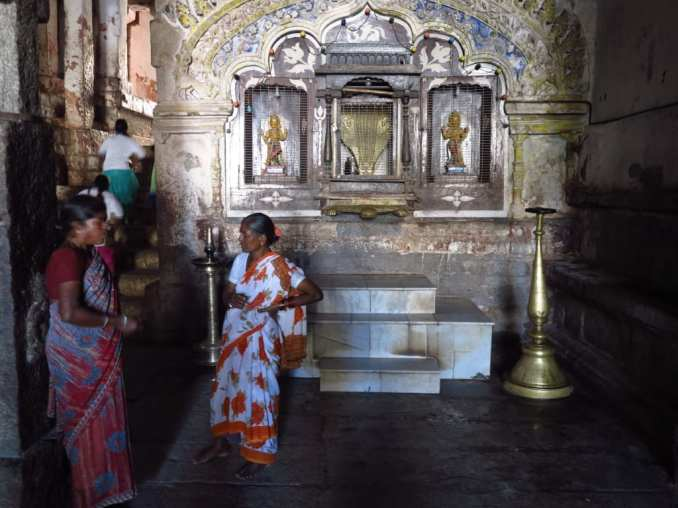 In einem Tempel in Hampi in Indien