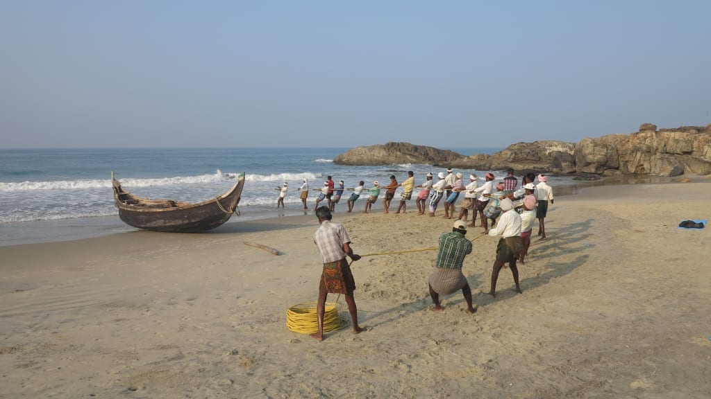 Fischer in einer Bucht von Kovalam in Kerala