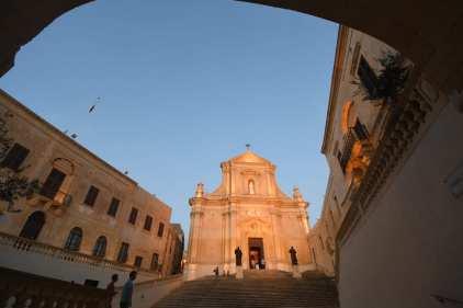 Kirche mit historischen Nebengebäuden