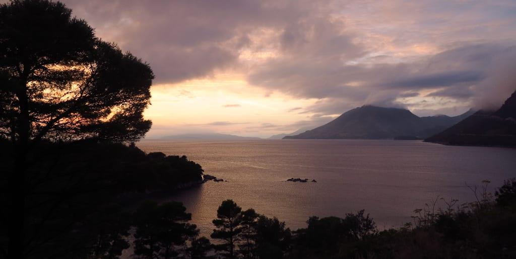 Abendstimmung mit Wolken am Meer