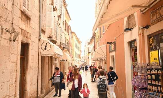 Toursien und Souvenirläden im historischen Zentrum von Zadar