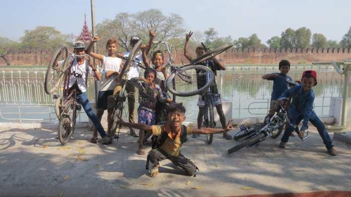 Kinder vor dem Königspalast in Mandalay in Myanmar