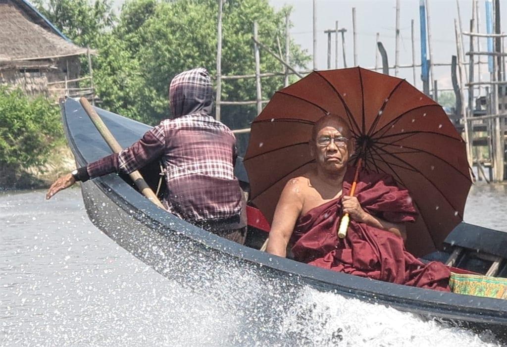 Mönch auf einem Boot auf dem Inle-See in Myanmar
