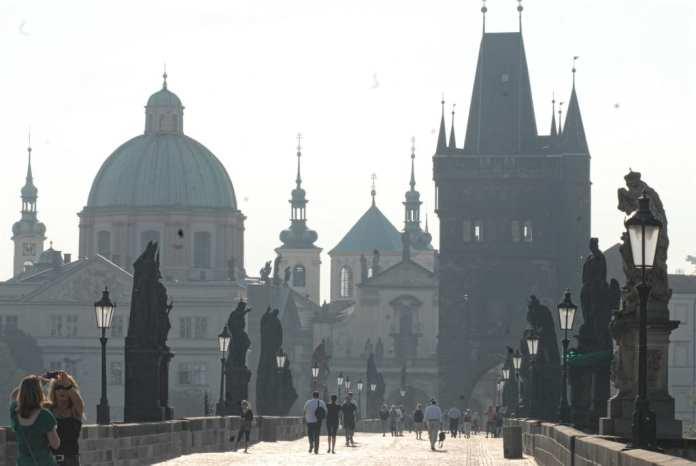 Karlsbrücke in Prag im Gegenlicht