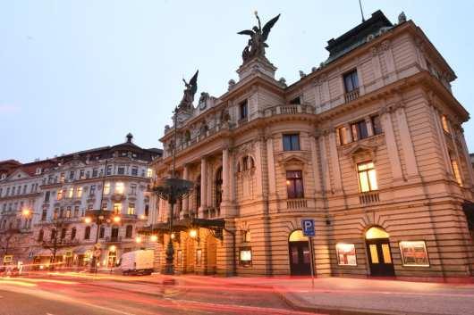 Neoklassizistisches Theater an einem schönen Platz