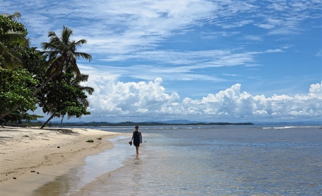 Strand von Mahambo in Madagaskar