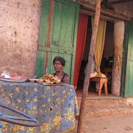 Straßenverkäuferin in Madagaskar