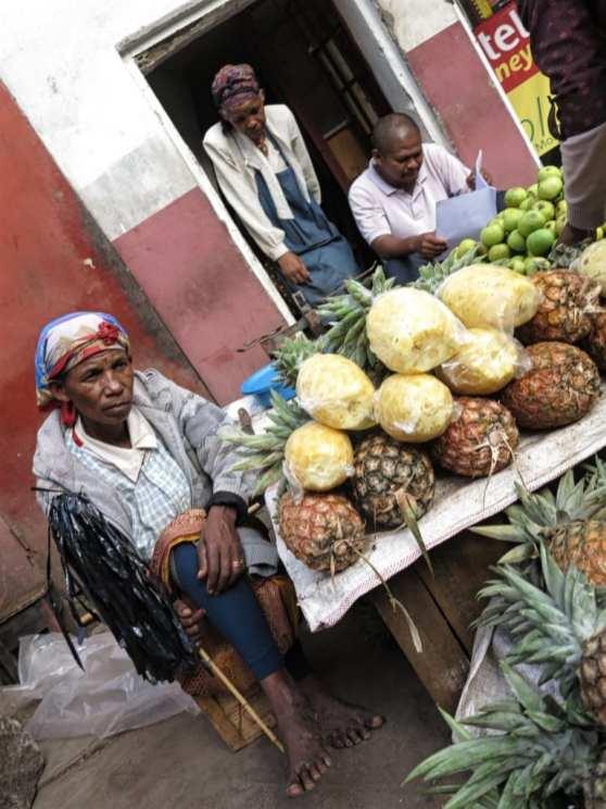 Ananasverkäuferin auf dem Markt in Antananarivo