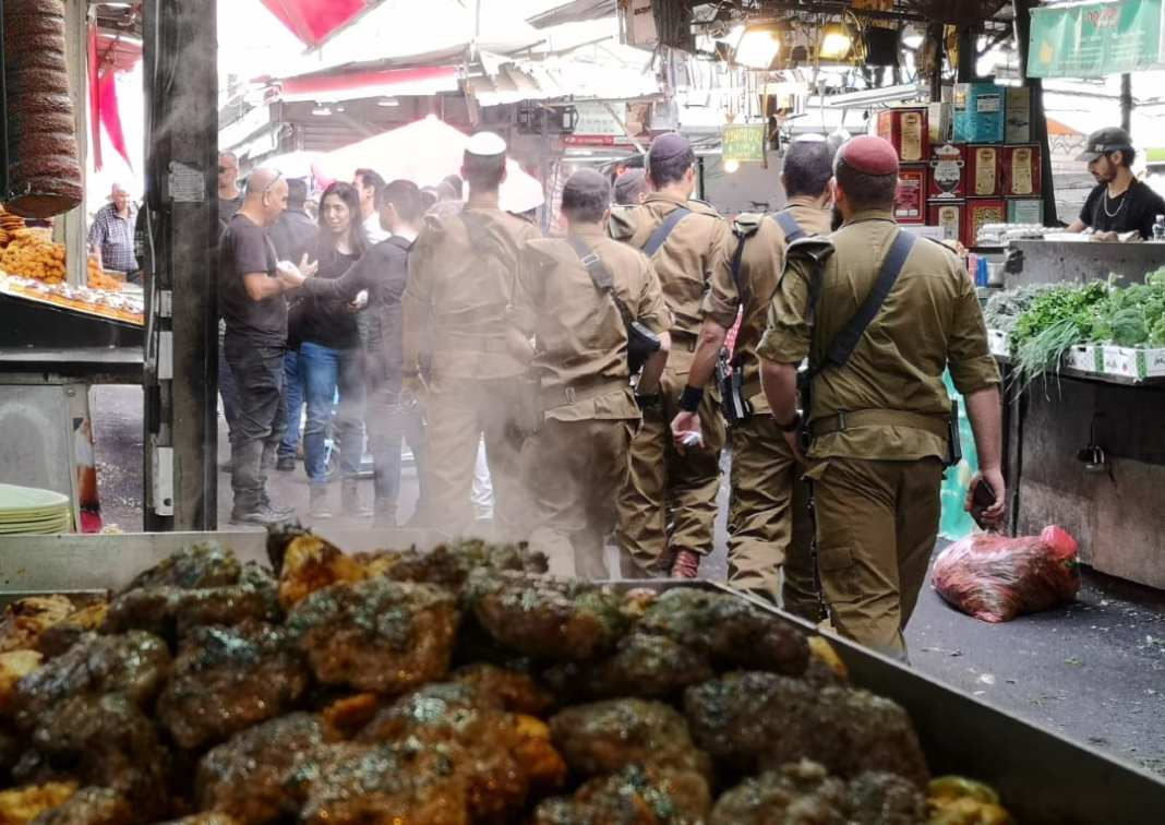 Soldaten in Tel Aviv auf dem Carmel Market
