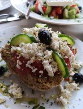 Brot mit Schafskäse, Tomaten und Oliven auf Kreta