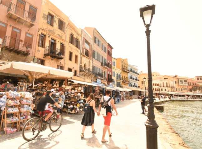 Menschen laufen auf Hafenpromenade von Chaniá auf Kreta