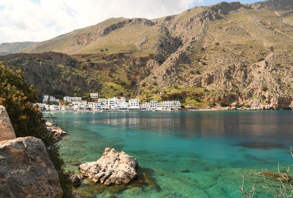 Loutro ist eine Bucht mit weißen Häusern und türkisfarbenem Wasser in Südkreta