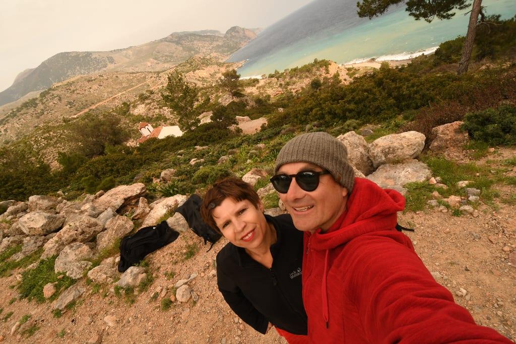 Touristen mit dicken Pullis auf Kreta