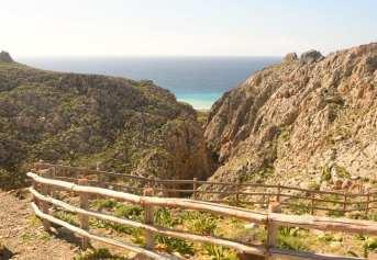 Canyon auf Kreta, dahinter türkisgrünes Meer