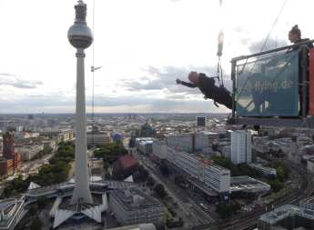 Mann beim Baseflying in Berlin