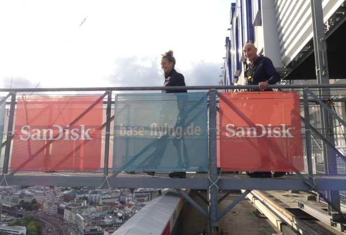 Mann und Frau auf Rampe beim Baseflying in Berlin