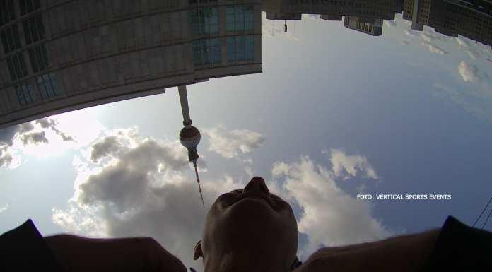 Mann in der Luft auf dem Berliner Alexanderplatz