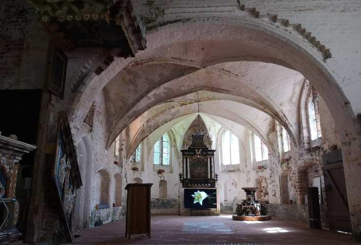 Kirche mit Kunstinstallation