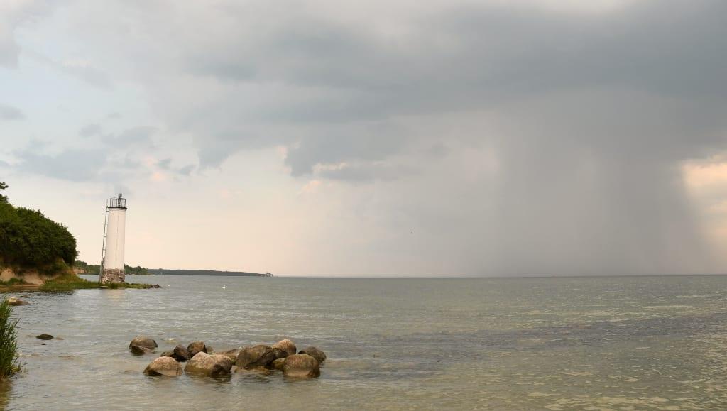 Leuchtturm an der Küste bei schlechtem Wetter