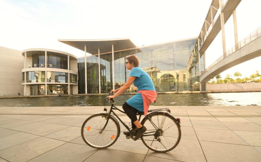Radfahrerin im Regierungsviertel