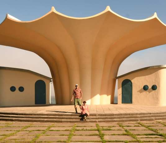Zwei Personen vor interessanter Architektur in Sassnitz auf Rügen