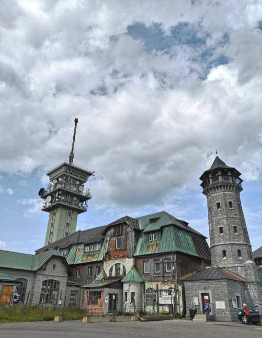 Hotelruine mit zwei Türmen