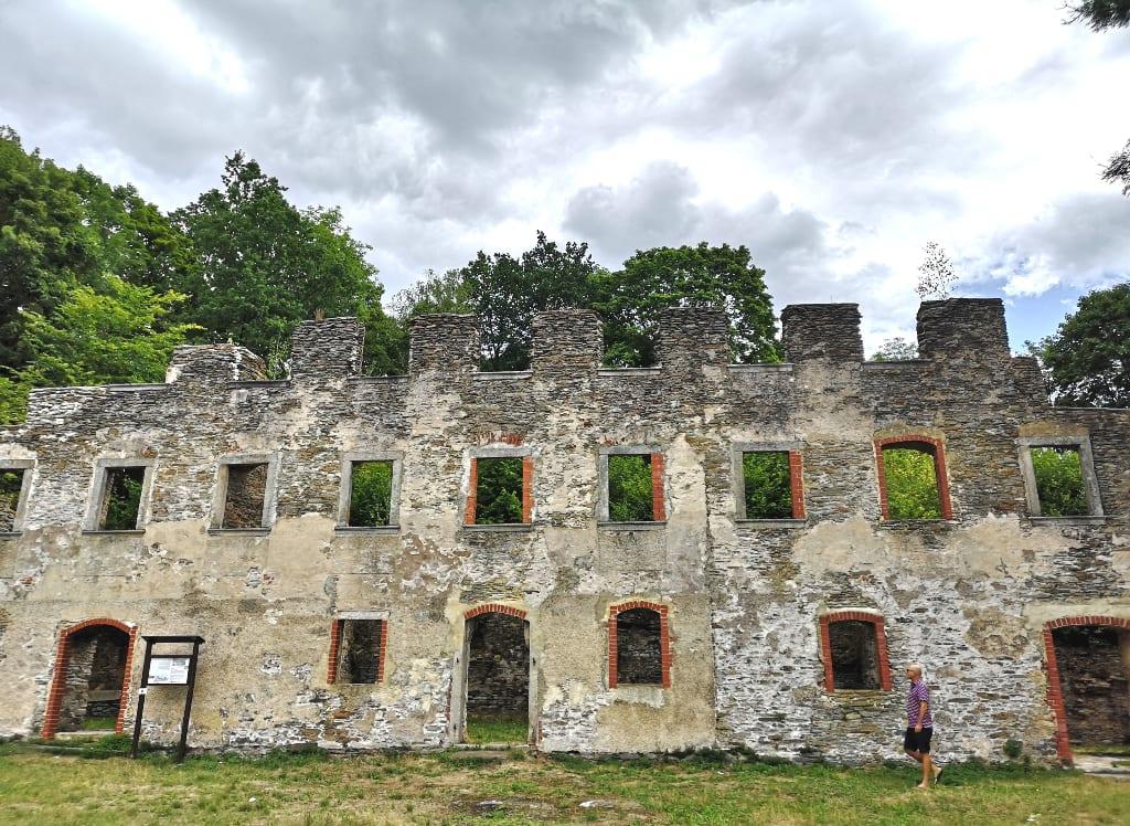 Ruine eines größeren Gebäudes in Tschechien