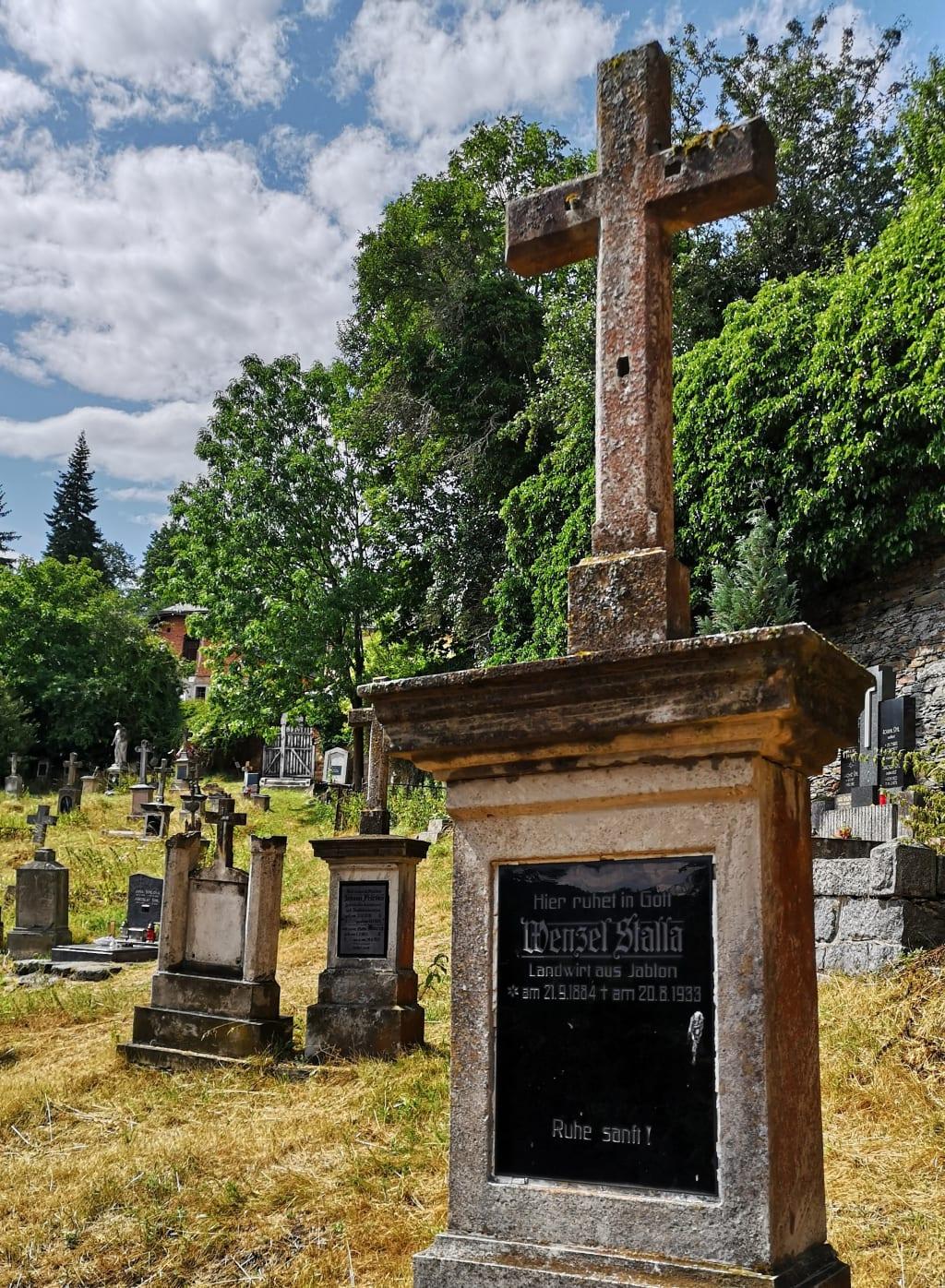 Historischer Friedhof mit alten deutschen Gräbern in Tschechien