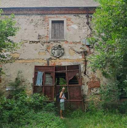 Mann vor einer Hausruine in Tschechien