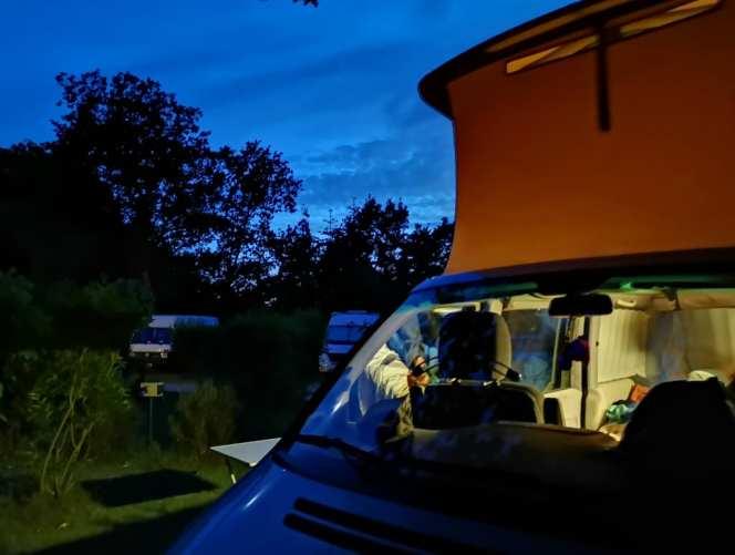 Campingplatz im Abendlicht