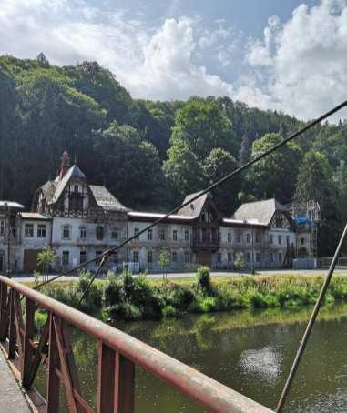 Ruinöse Villen an einem Fluss in Tschechien