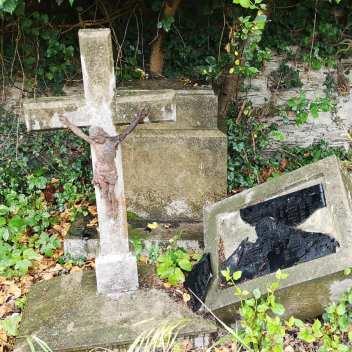 Umgefallene Grabsteine mit deutscher Aufschrift auf einem Friedhof in Tschechien