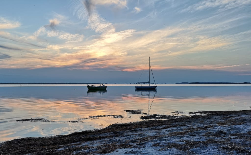 Boote in der Ostsee bei Sonnenuntergang