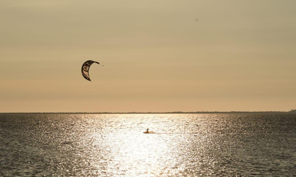Kiter im Sonnenuntergang in der Ostsee