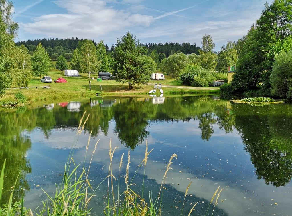 Zelte und Wohnmobile an einem Badeteich in Tschechien