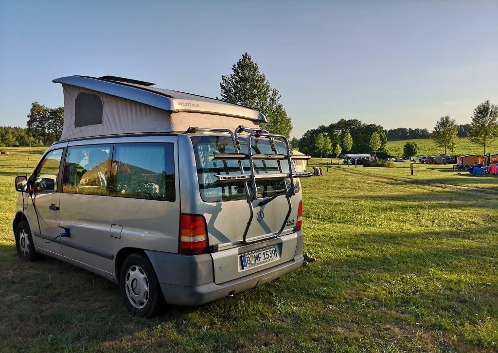 Campingbus auf einer Camperwiese
