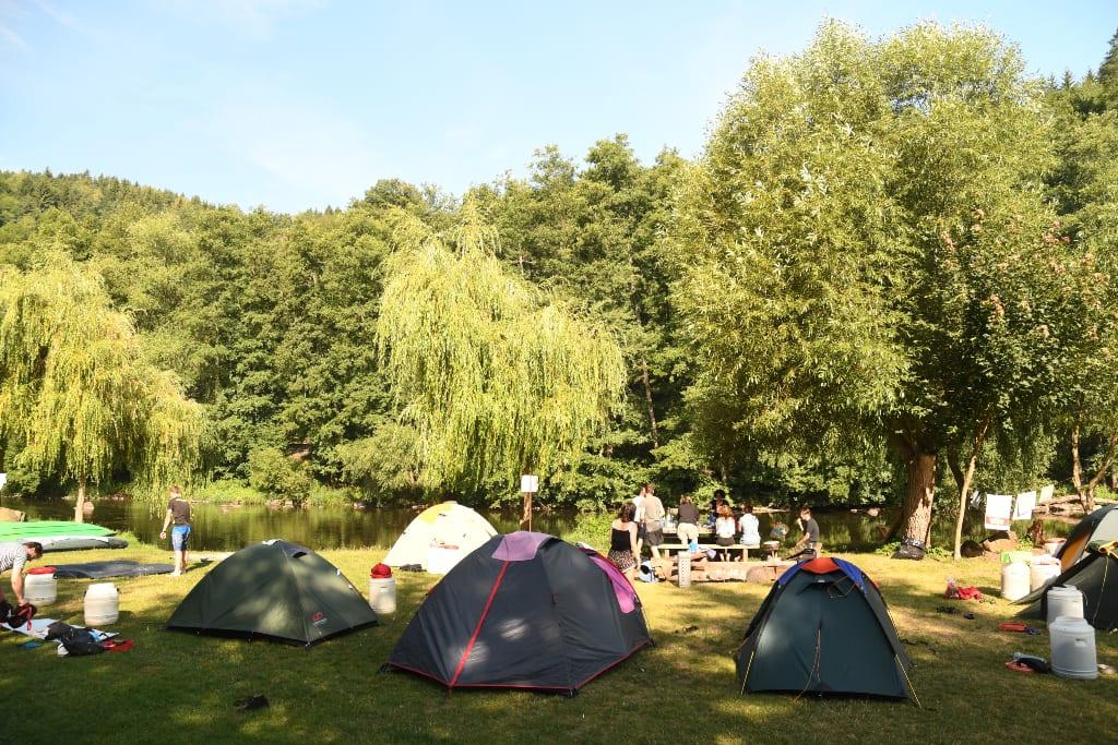 Zelte auf einer Wiese auf einem tschechischen Campingplatz