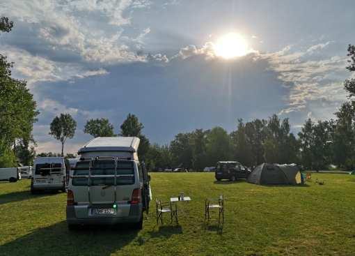 Camperwiese mit vereinzelt stehenden Fahrzeugen