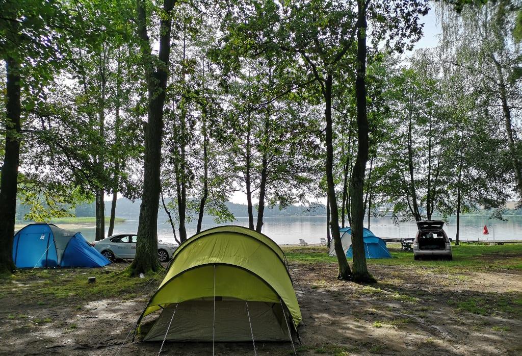 Zelte unter Bäumen auf einem Campingplatz in Tschechien