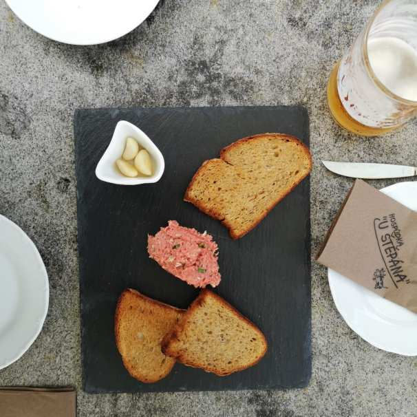Geröstete Brotscheiben und Tartar