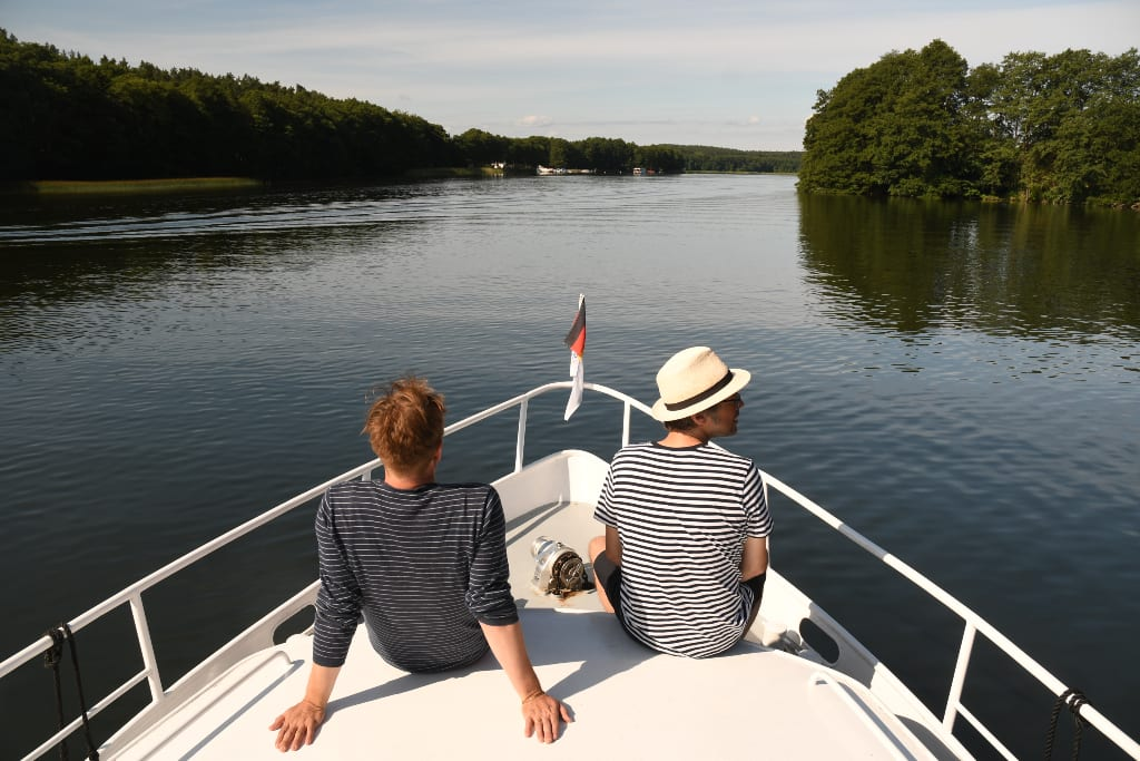 Zwei Männer auf einem Boot in einem See